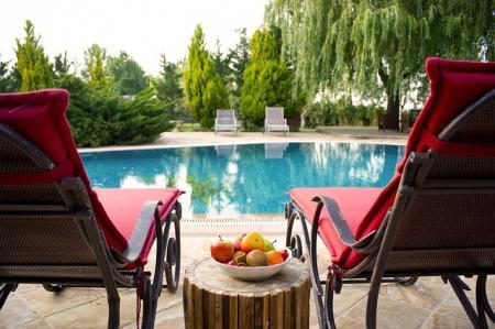 Stavební povolení na bazén, plot či skleník. Kdy je potřeba jít na úřad?